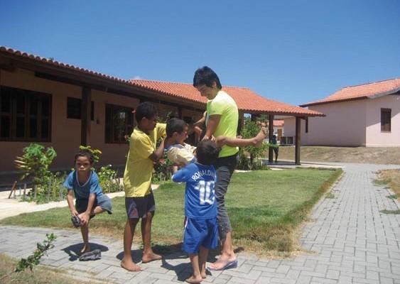 Chiara Amirante con dei Bambini nella Cittadella di Fortaleza (Brasile)
