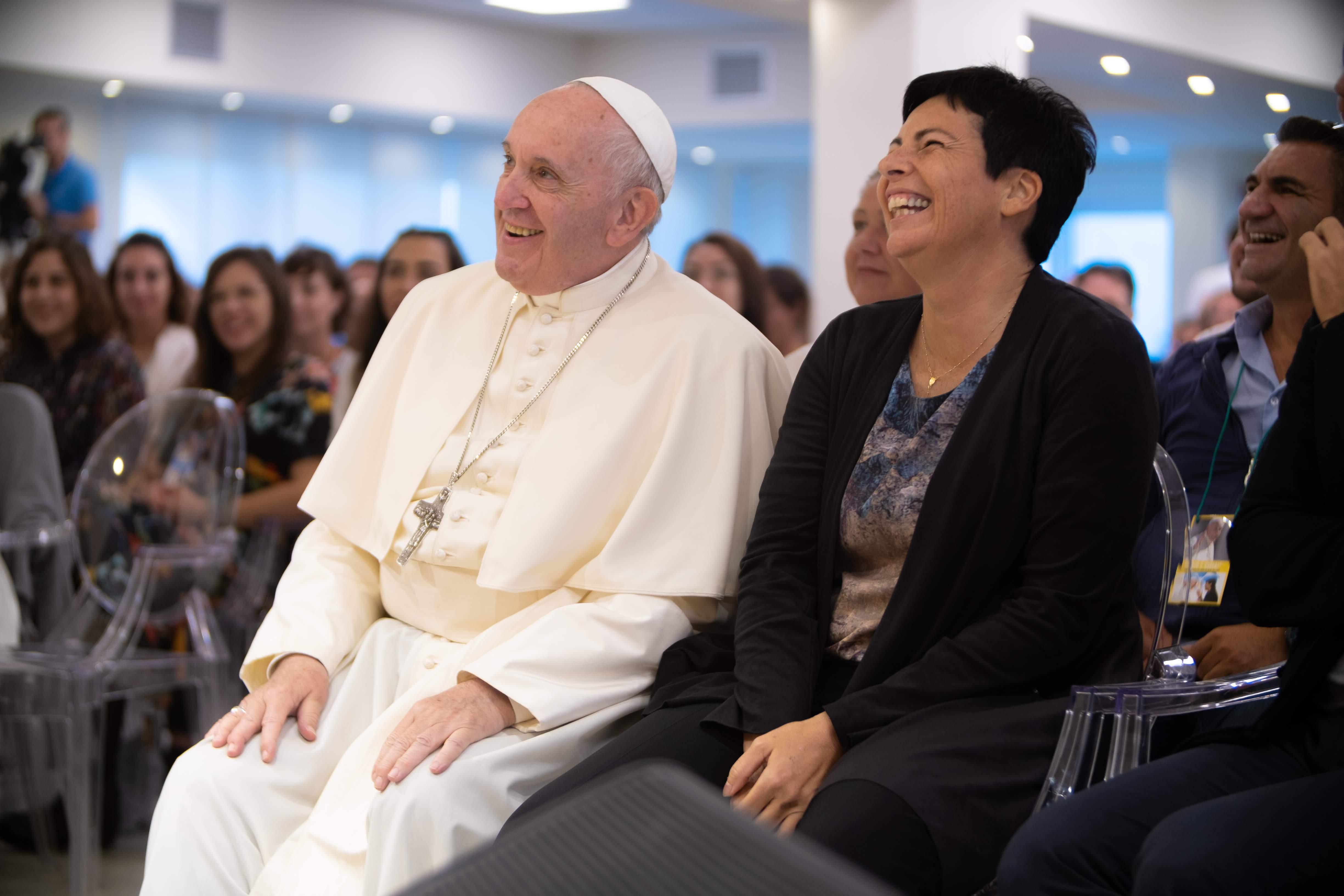 Papa Francesco e Chiara Amirante sorridono